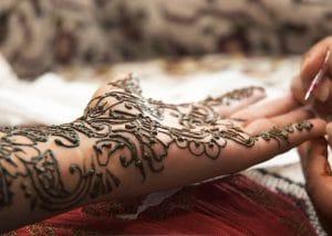 Henna Bemalung - Auftragen eines Mehndi Tattoo